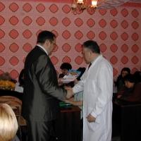 На снимке: А.В. Положиев вручает награду   В.В. Винокурову.