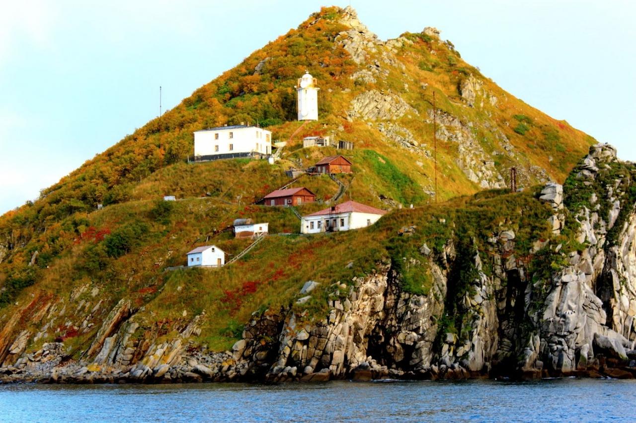 Вид на маяк и мыс Чирикова с моря.