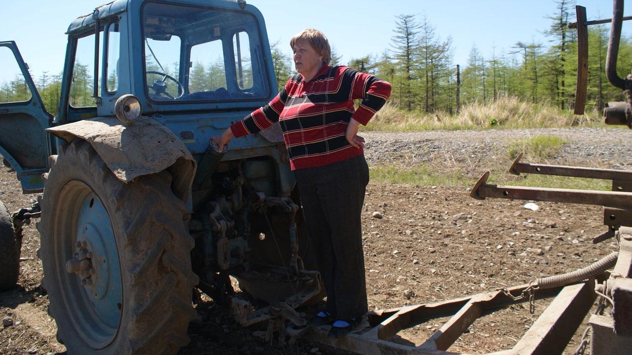 Наталья Андреевна Николаева в поле.