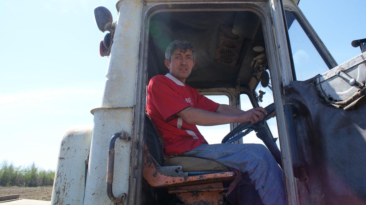 Передовой тракторист Равшан Хакимов.
