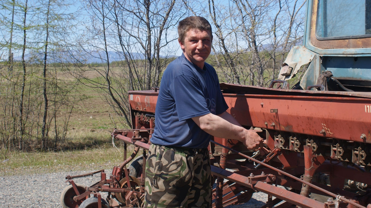 Тракторист Владимир Лобастов.