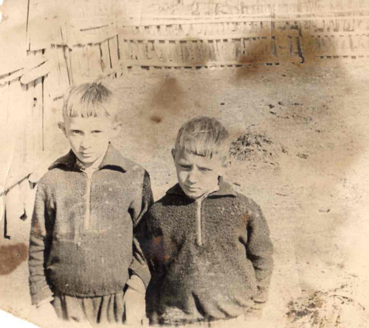 Владимир и Николай Цветковы, с. Таскан, середина 60-х годов.