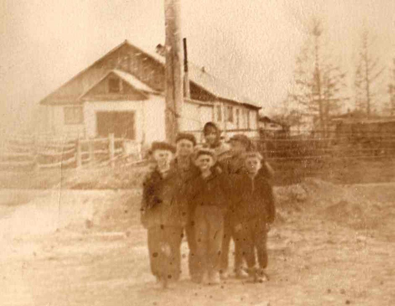 Дети из семьи Цветковых с соседской детворой. С. Таскан, середина 60-х годов.