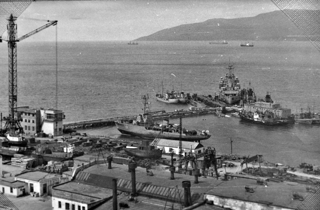 Территория марчеканского судоремонтного цеха №2. На слипе стоит судно 171 ОБрПЛ. 1970-1980 года.
