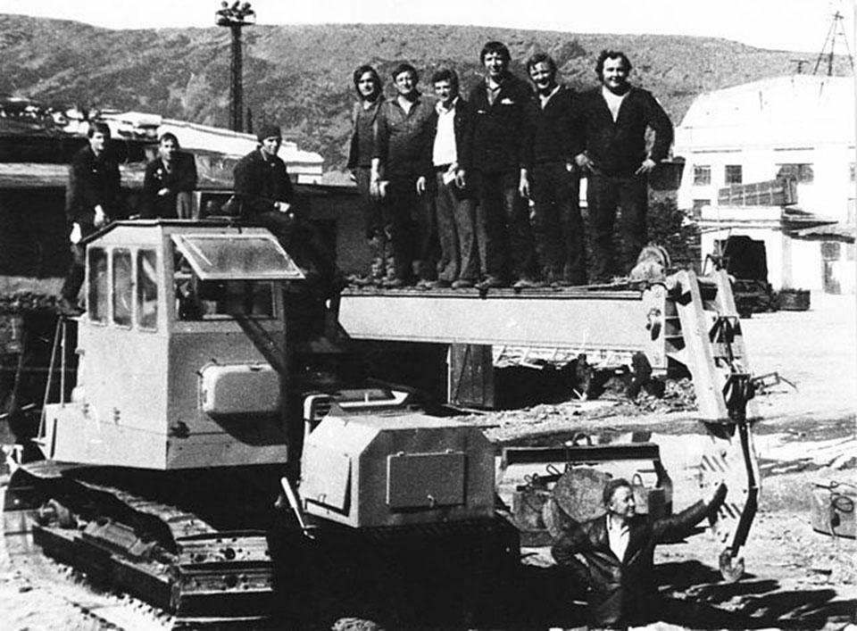 Работники марчеканского судоремонтного цеха с результатами своего труда.