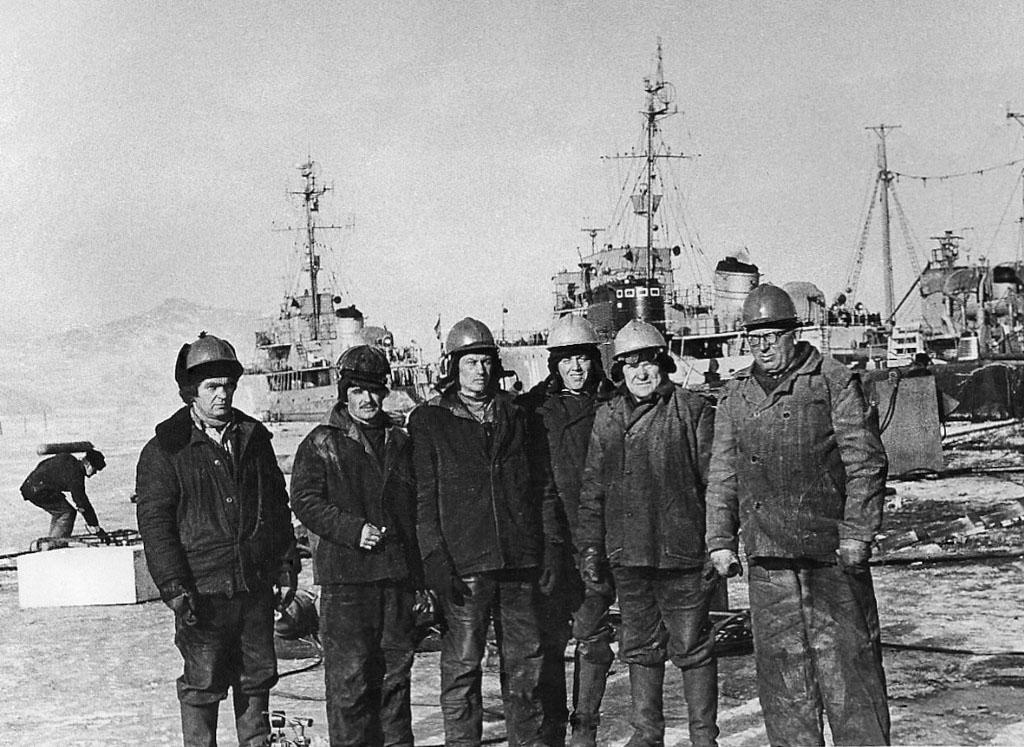 Работники марчеканского судоремонтного цеха МРМЗ на фоне кораблей и ПЛ 171 бригады.