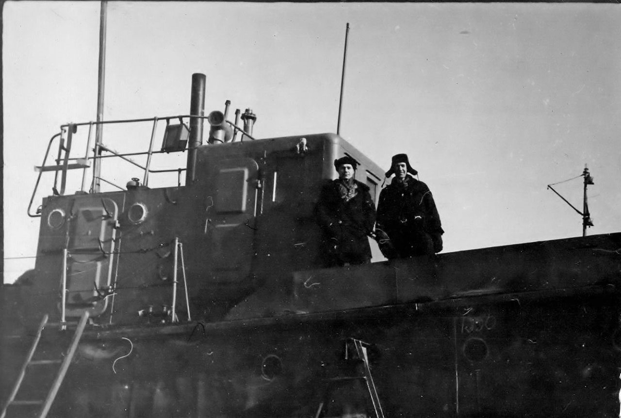 Зима 1959 года. Марчеканский судоремонтный завод №2. Ремонт водолазного бота. Виктор Дубовик и Валерий Попов.