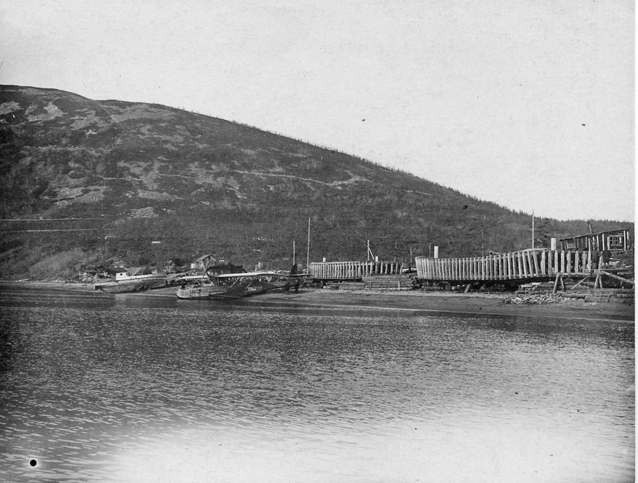 Строящиеся нагаевской верфью кунгасы и баржи морского типа и гидросамолёт Н-1. бухта Нагаева, 1933 год.