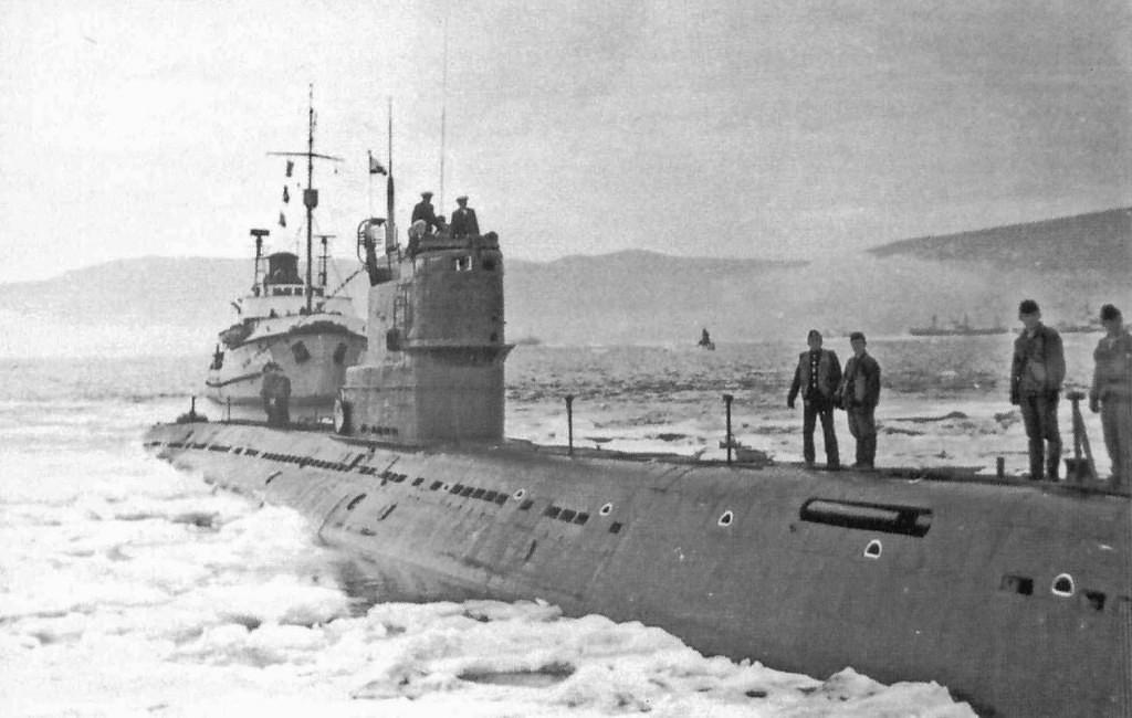 Морской буксир МБ-154 сопровождает подводную лодку 171 ОБрПЛ.