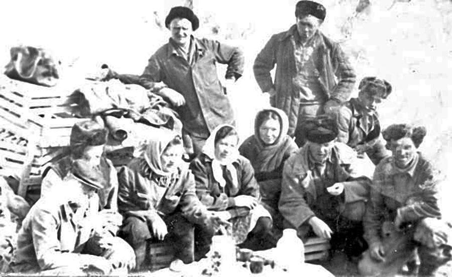 Алимова Мавсиля в центре, в пуховом платке.