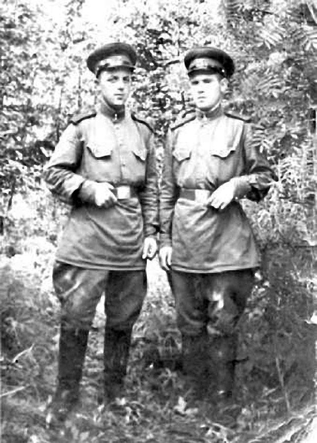 Пётр Алимов на фото справа.