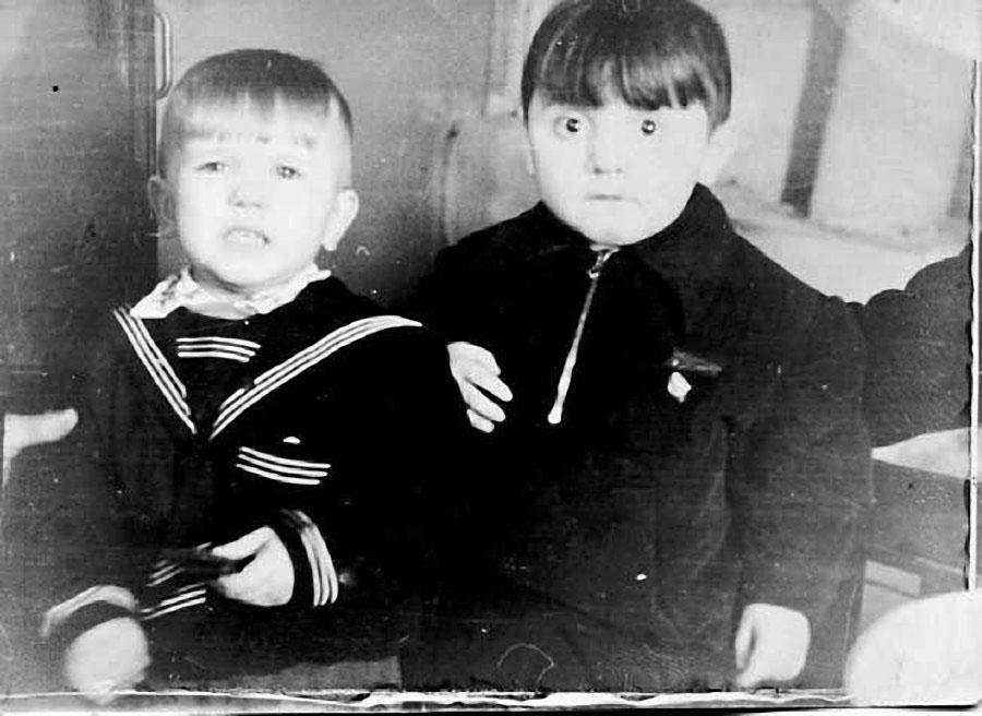 Анатолий Алимов в детстве (на фото справа).