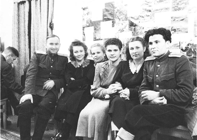 Слева направо: Максимов В.К., Дубов А.Ф., Ландина Д.Е., Мельникова Т.Ф., Воскресенская Н.Ф., Карецова К., Москвин Е.А.. 23-го февраля 1953 года. Фото из архива семьи Ларионовых.
