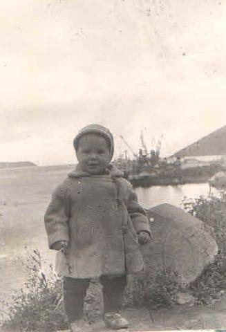 На Береговом мысе. 1965 год. За спиной ребенка - магаданский торговый порт.