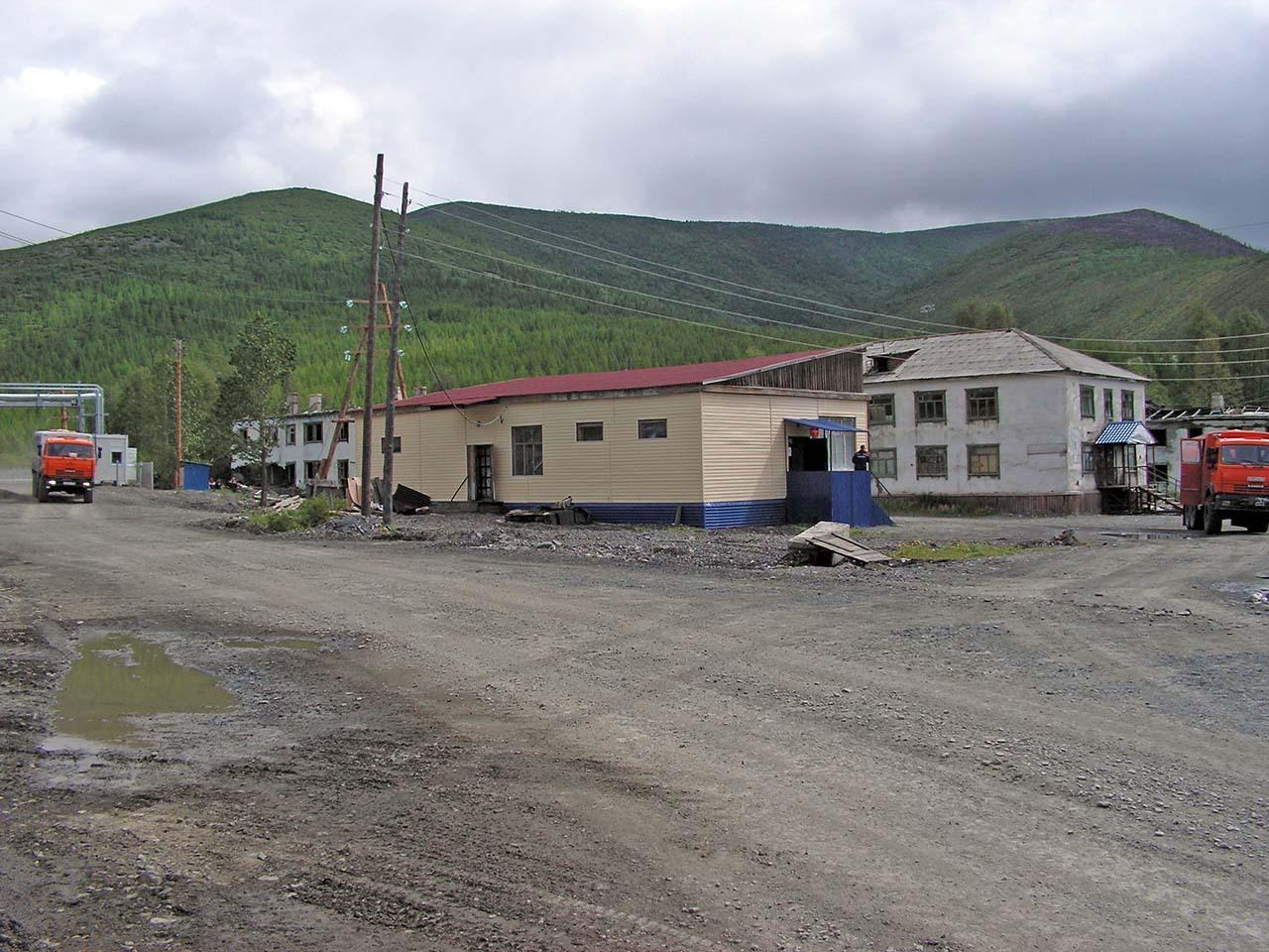 Все еще на месте магазин и остатки общежития, в котором мы ночевали. Фото из архива Валерия Мусиенко.