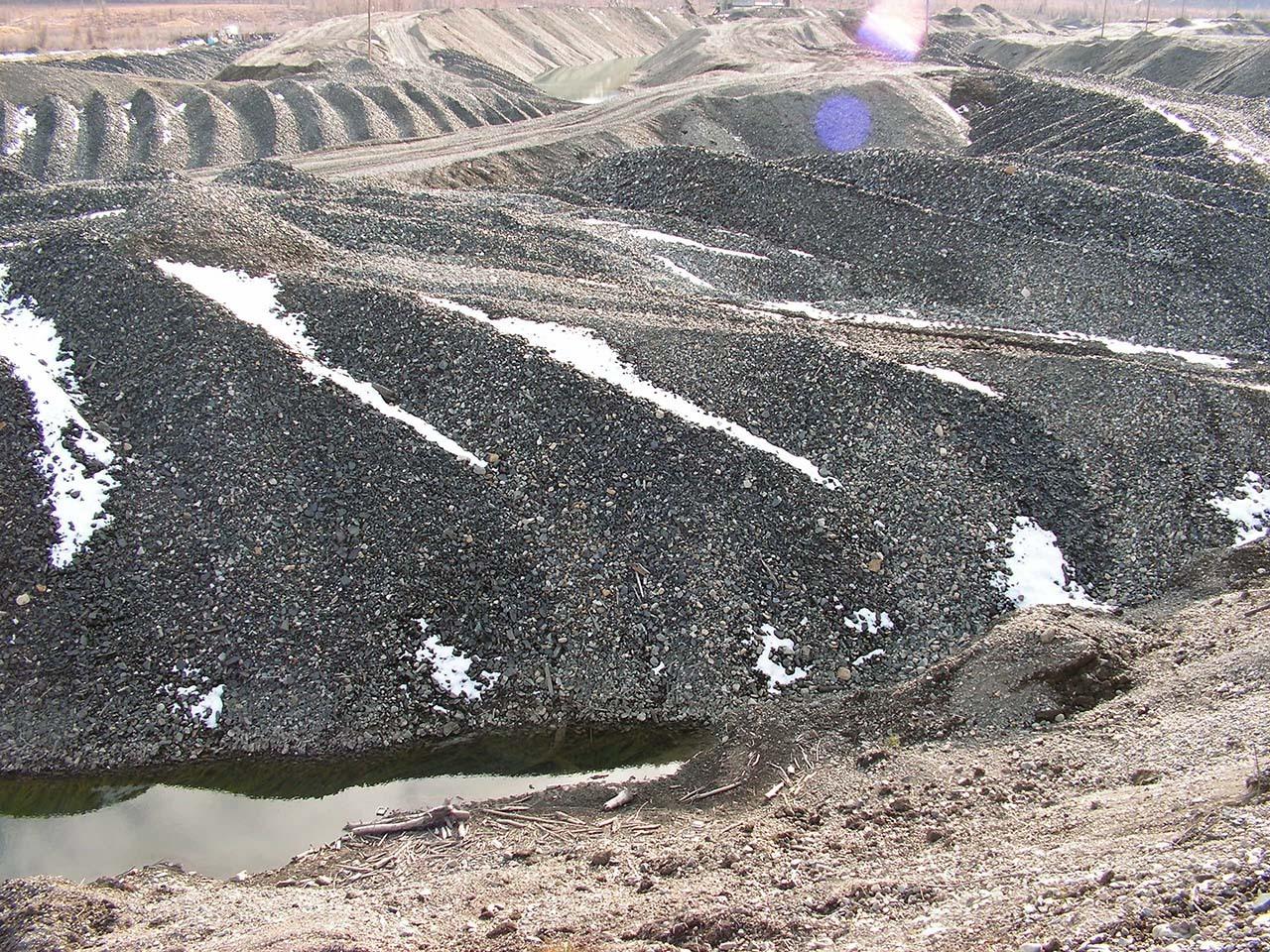Такой лунный пейзаж от колымской тайги остается после прохождения драги. Фото из архива Валерия Мусиенко.