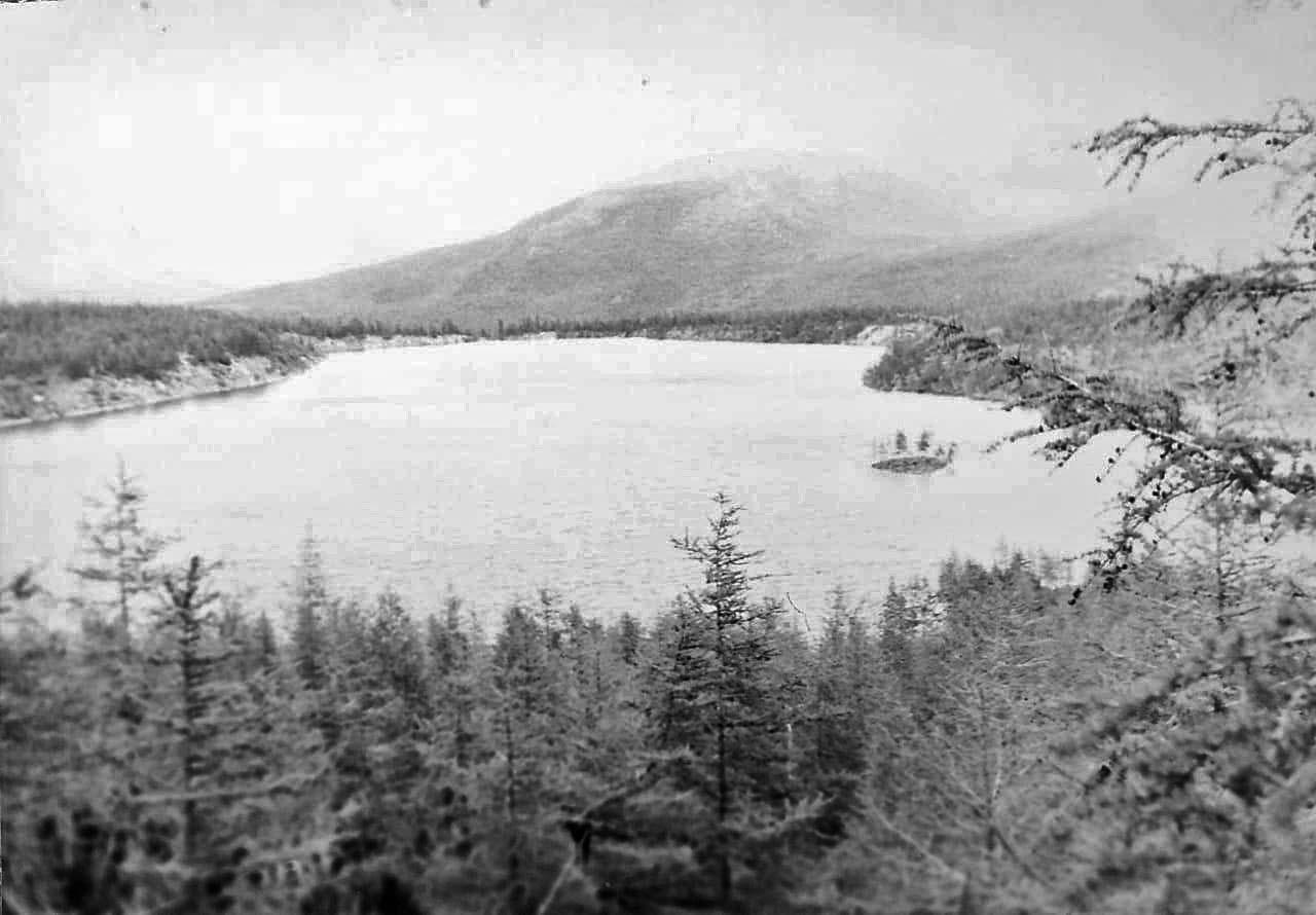 Живописное озеро с островком и подводной дороге к нему. Из архива Валерия Мусиенко.