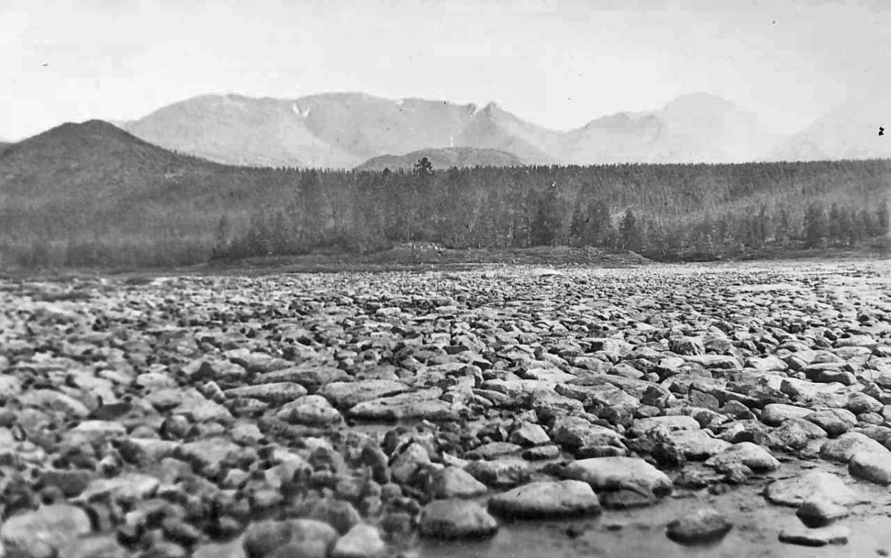 Остров Якутка на растаявшей части наледи. Из архива Валерия Мусиенко.