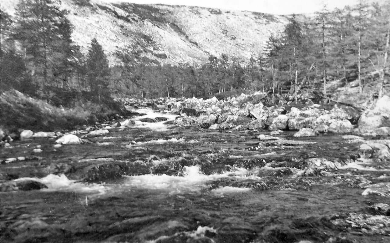 Протока из Лебединого. Под дальней сопкой лежит само озеро. Из архива Валерия Мусиенко.
