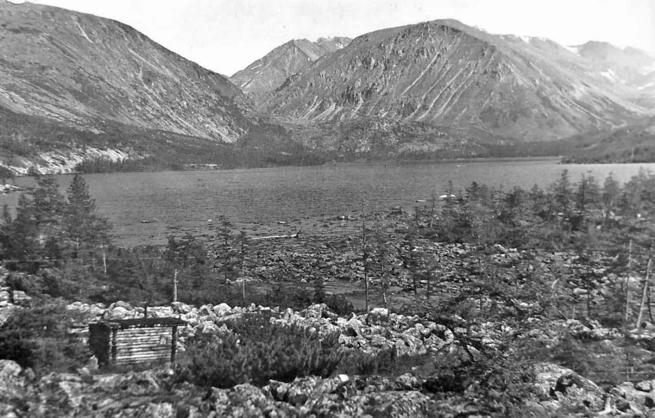 Озеро Лебединое и избушка на его берегу. Из архива Валерия Мусиенко.
