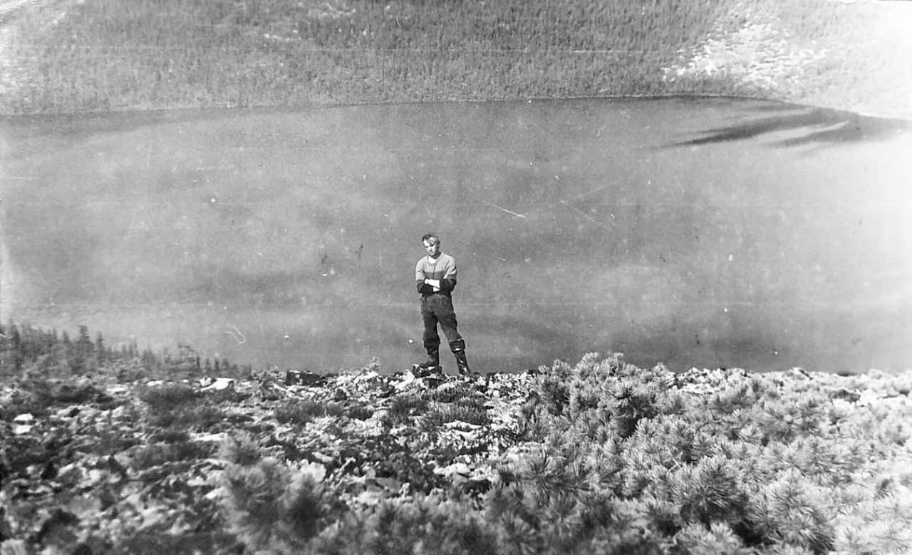 На вершине огромной сопки, похожей на вулкан. В кратере озеро Марина. Из архива Валерия Мусиенко.