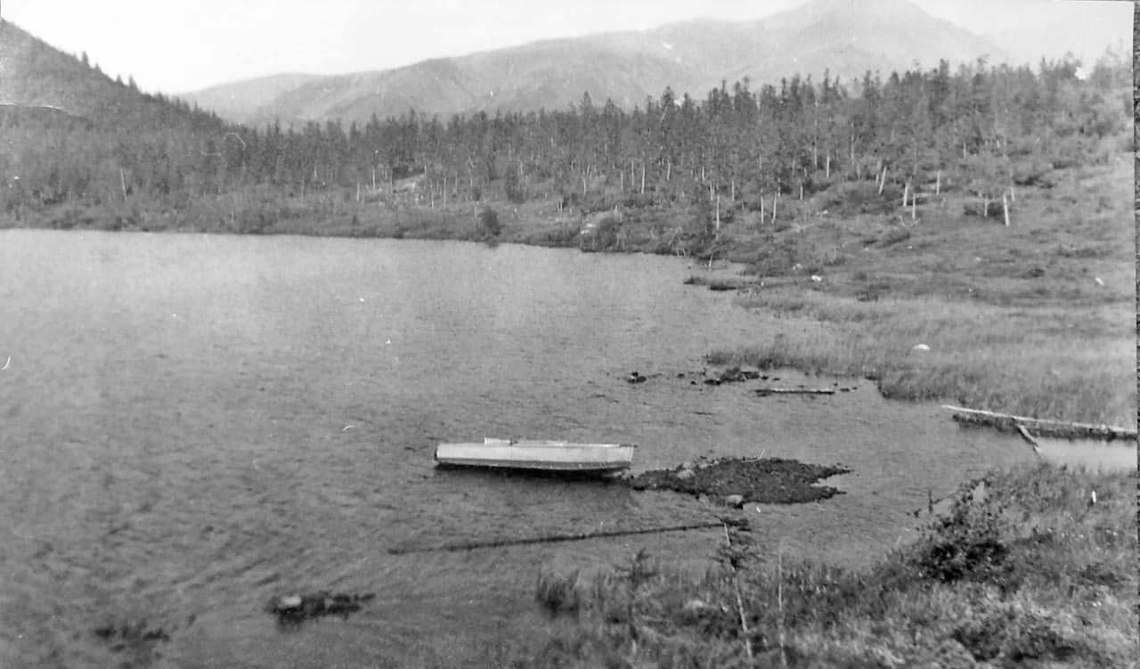 Лодка у протоки из Роговика. Из архива Валерия Мусиенко.