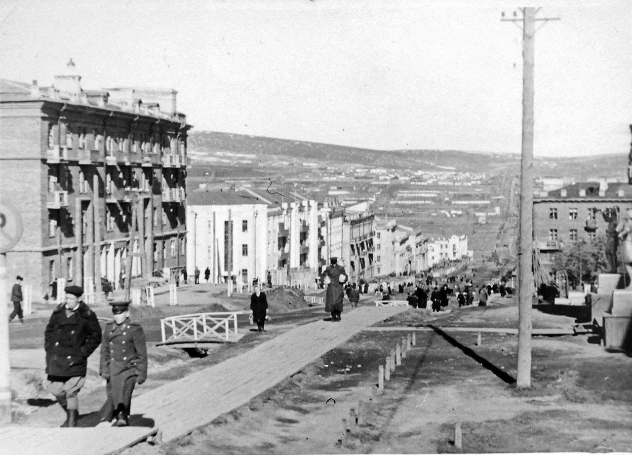 Центральная улица Магадана — Колымское шоссе (впоследствии — проспект Ленина). 1947 год.