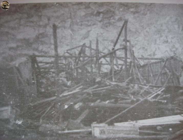 Разрушенный склад в торговом порту от взрывной волны.