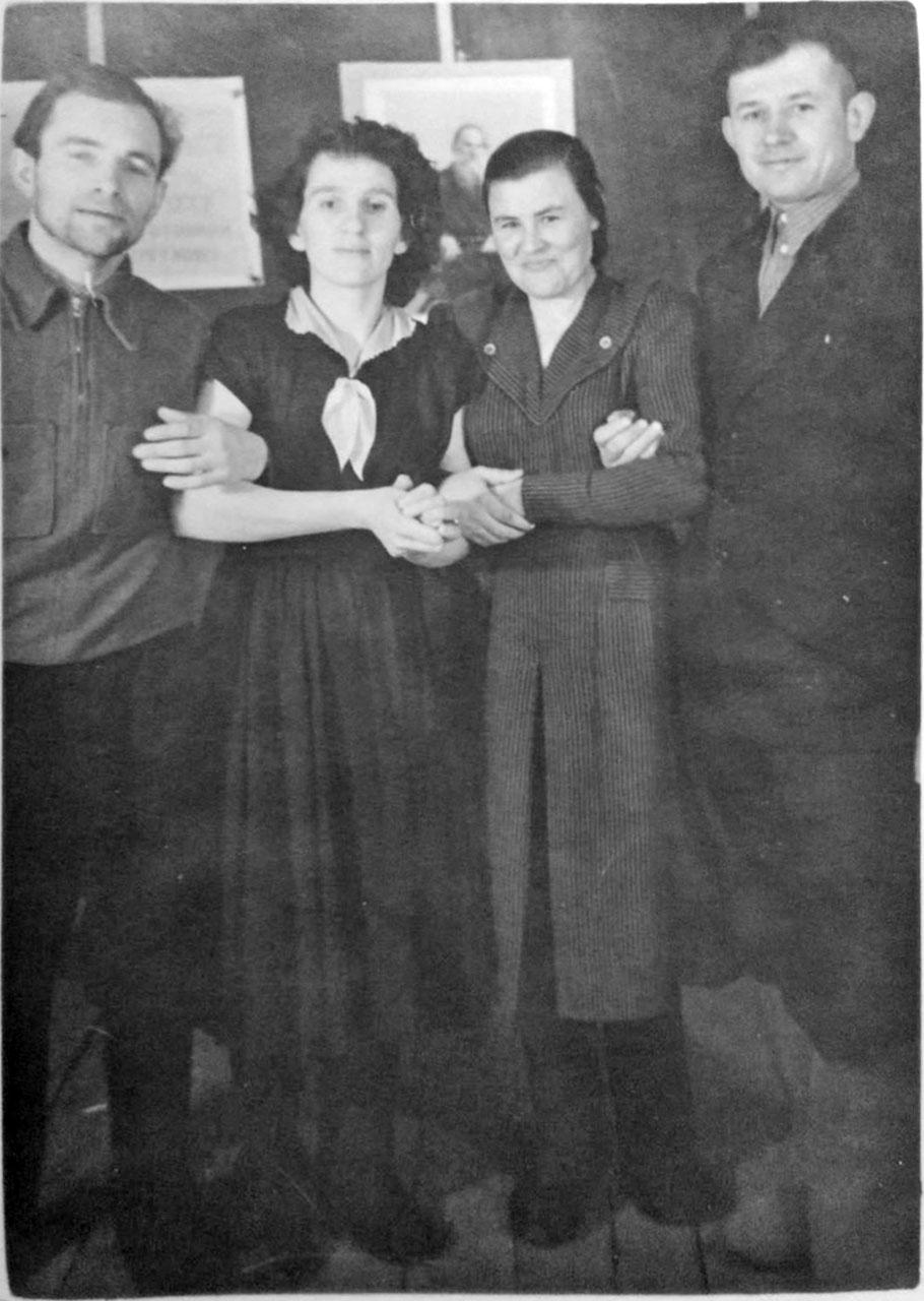 Посёлок Атарган. Семья Шевцовых с друзьями в клубе-палатке. 1956 год. Фото из архива Виктора Шевцова.