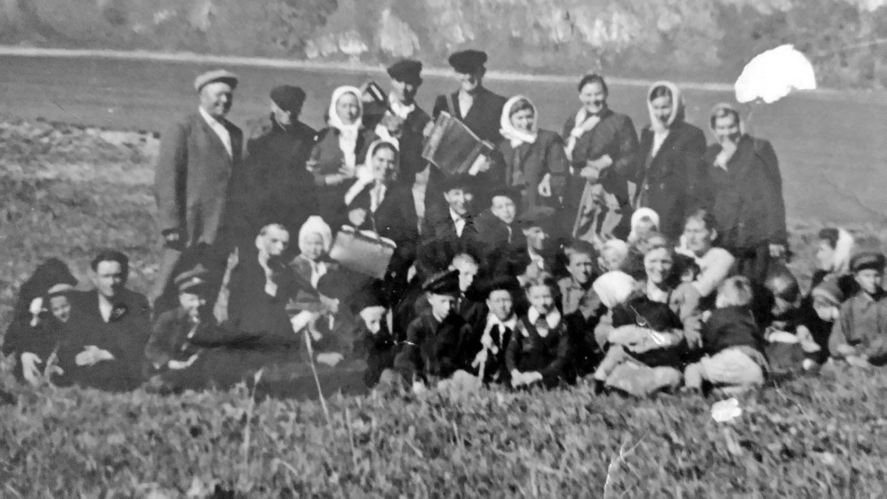 Посёлок Атарган. Майские гуляния. Слева стоит директор Герасименко, в центре с гармонью - Василий Шевцов. 1958 год. Фото из архива Виктора Шевцова.