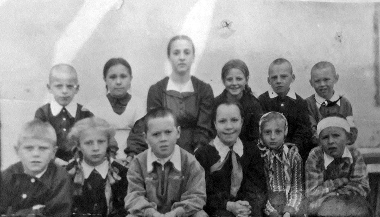 Посёлок Атарган. Все ученики начальной школы с 1-го по 4-й класс во главе с учительницей Ниной Анатольевной Мерцаловой. Сентябрь 1956 года. Фото из архива Виктора Шевцова.