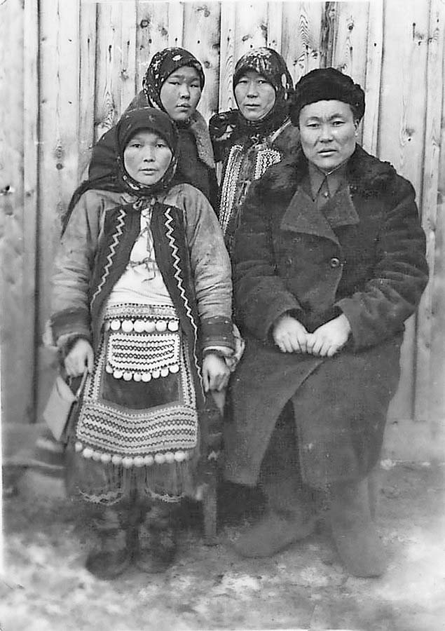 Посёлок Бараборка. Портрет сестёр и брата Хабаровых. 1940 год.