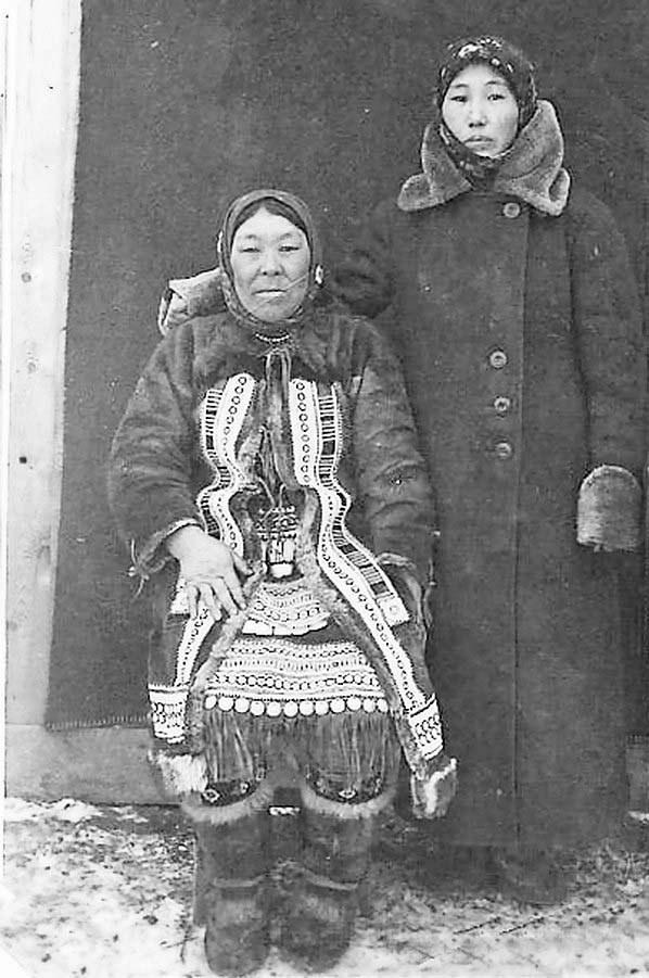 Посёлок Бараборка. Сестры Анна и Мария Бабцевы. 1940 год.