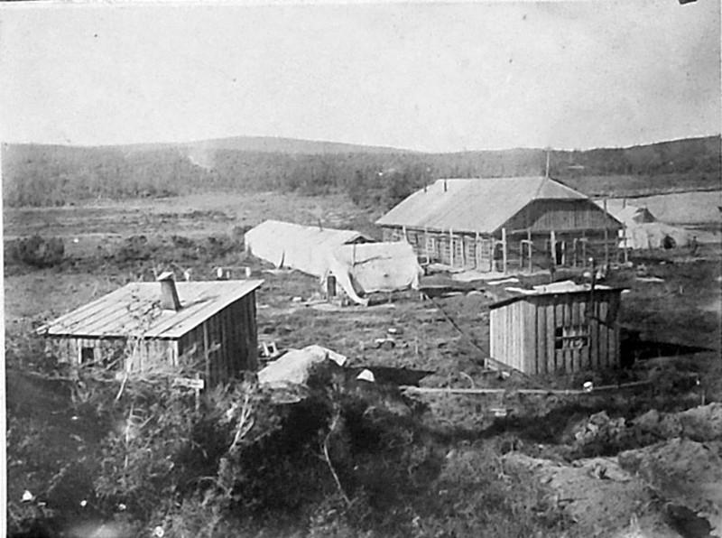 «Дельфиний завод». Жилой барак и хоз. постройки завода. 1932 год.