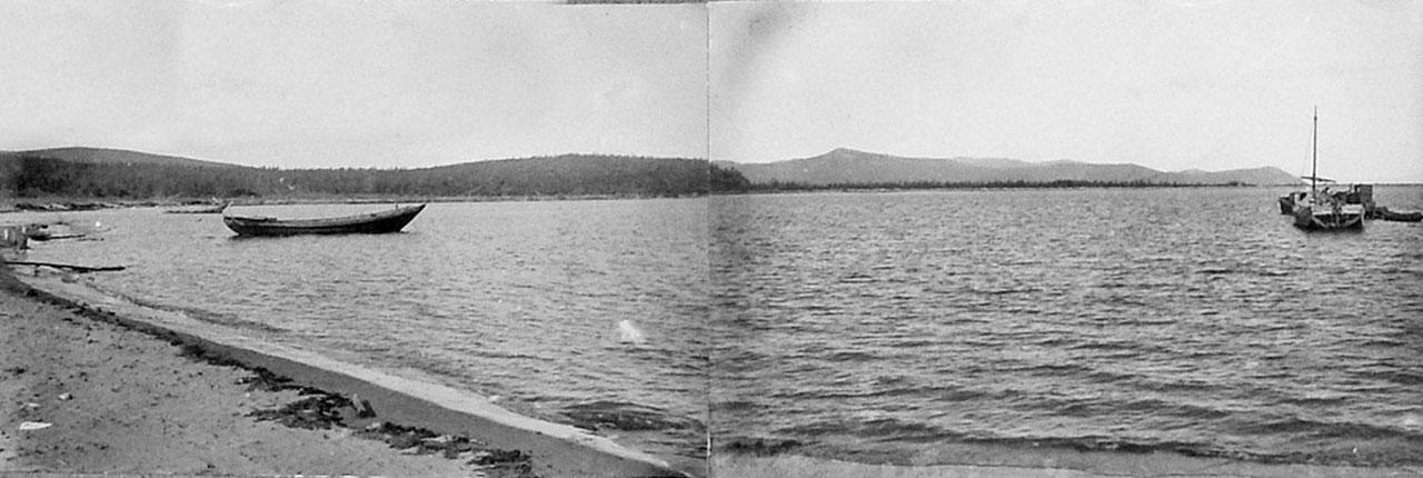Общий вид бухты Дельфиньей на северо-запад в прилив. Место захода белухи и расположение завода по обработке морзверя. 1932 год.