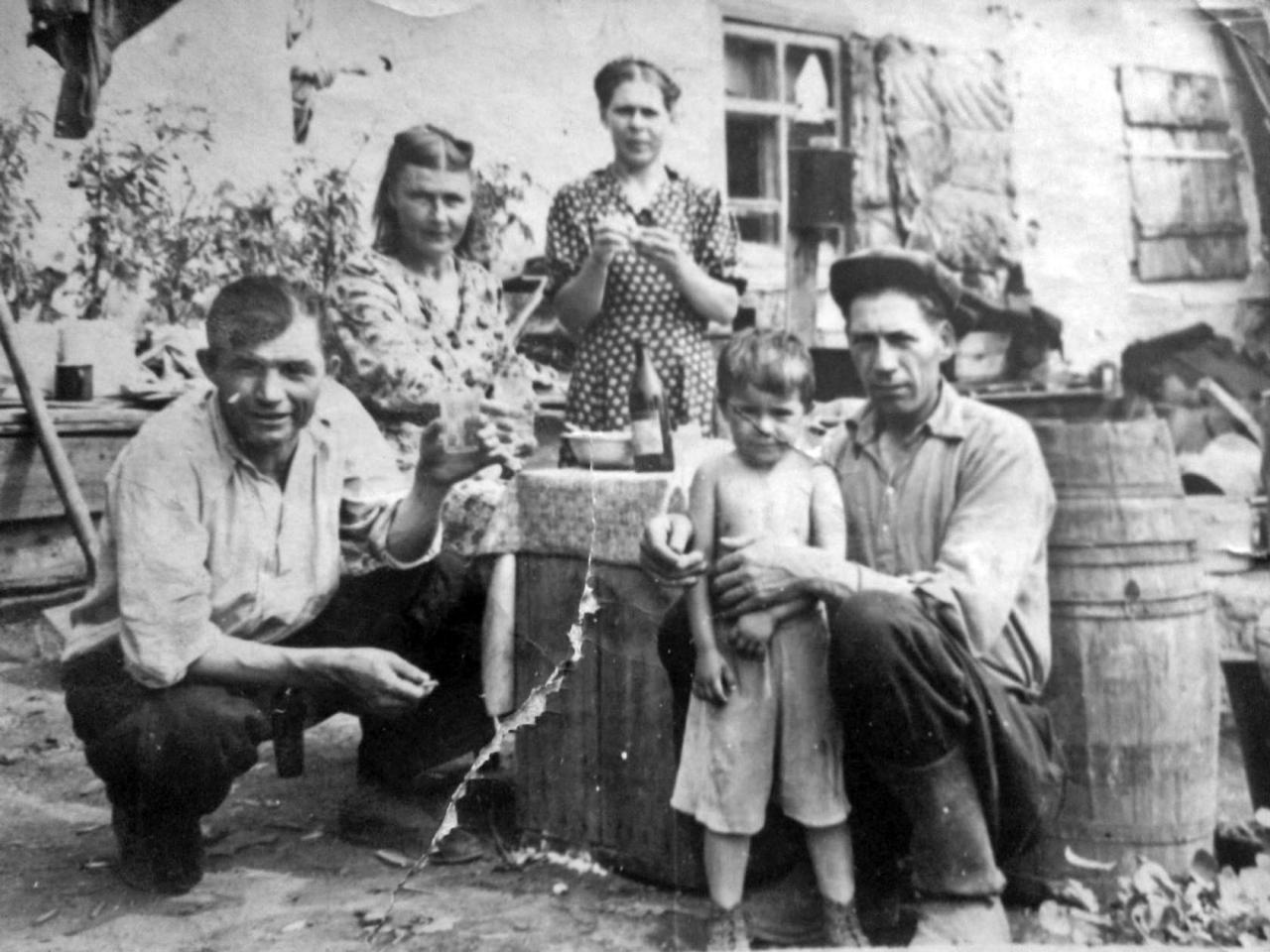 Родители в гостях у друзей. Посёлок Буркот. 50-e годы ХХ-го века. Из архива Александра Овчинникова.