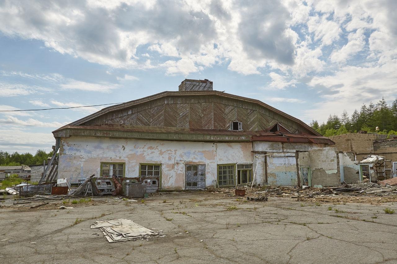 Ангар времен постройки Алисба. Когда-то в нем ремонтировали Ли-2, позже использовался в качестве ремонтного цеха. Здание полуразрушено и будет снесено.