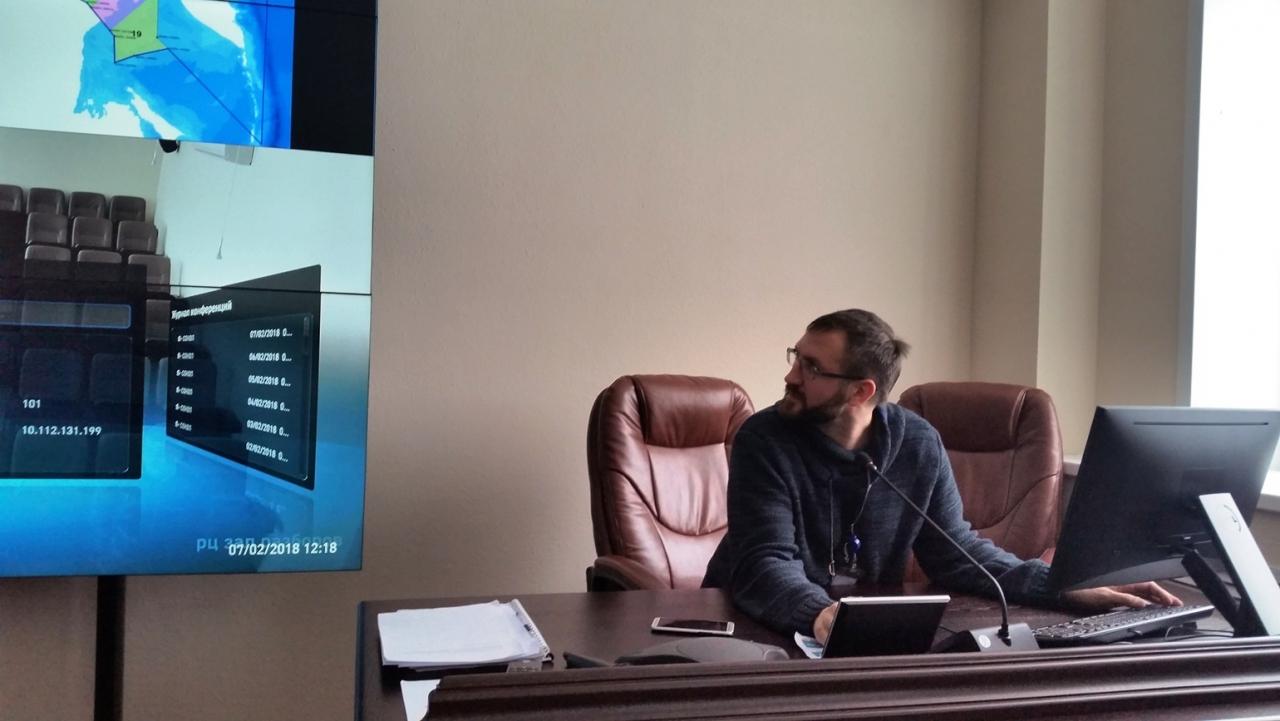 Илья Маскаев настраивает оборудование в зале инструктажа.