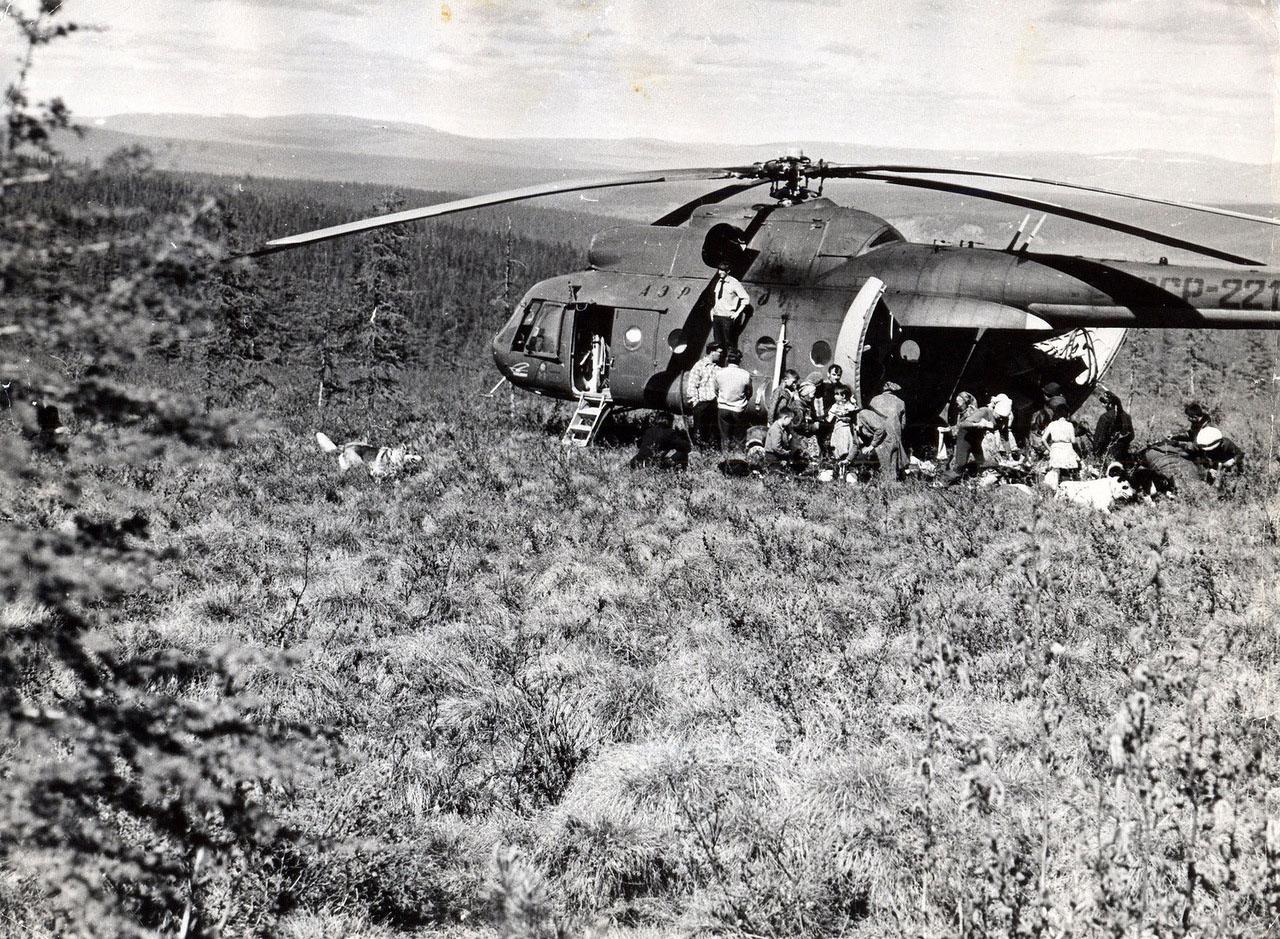 Ми-8 привез грузы оленеводам.
