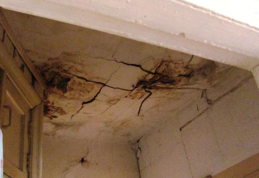 Потолок держится на честном слове.. Весь в трещинах..