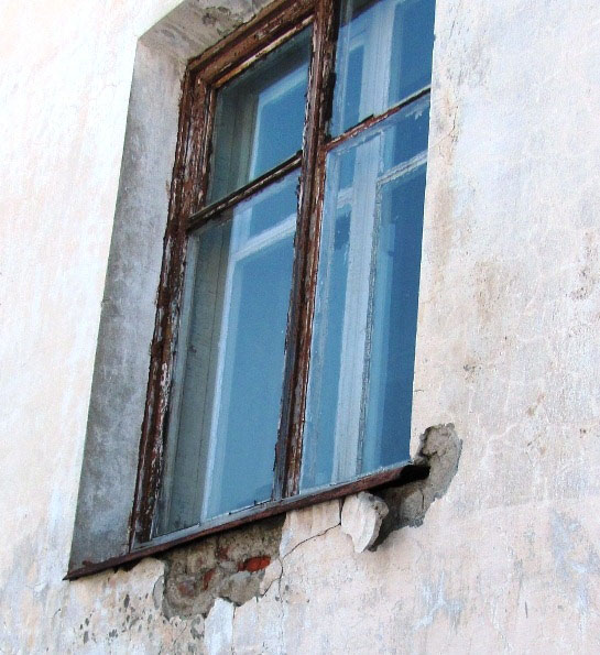 Из-под окна Дарьи Назаровой сыпятся кирпичи