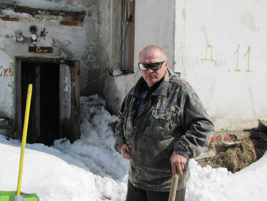 Николай Чичикало расчищает проход в подъезд