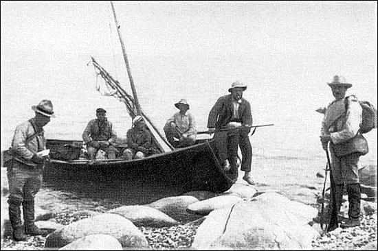 Участники Первой Колымской экспедиции на берегу Охотского моря, 1928 г.