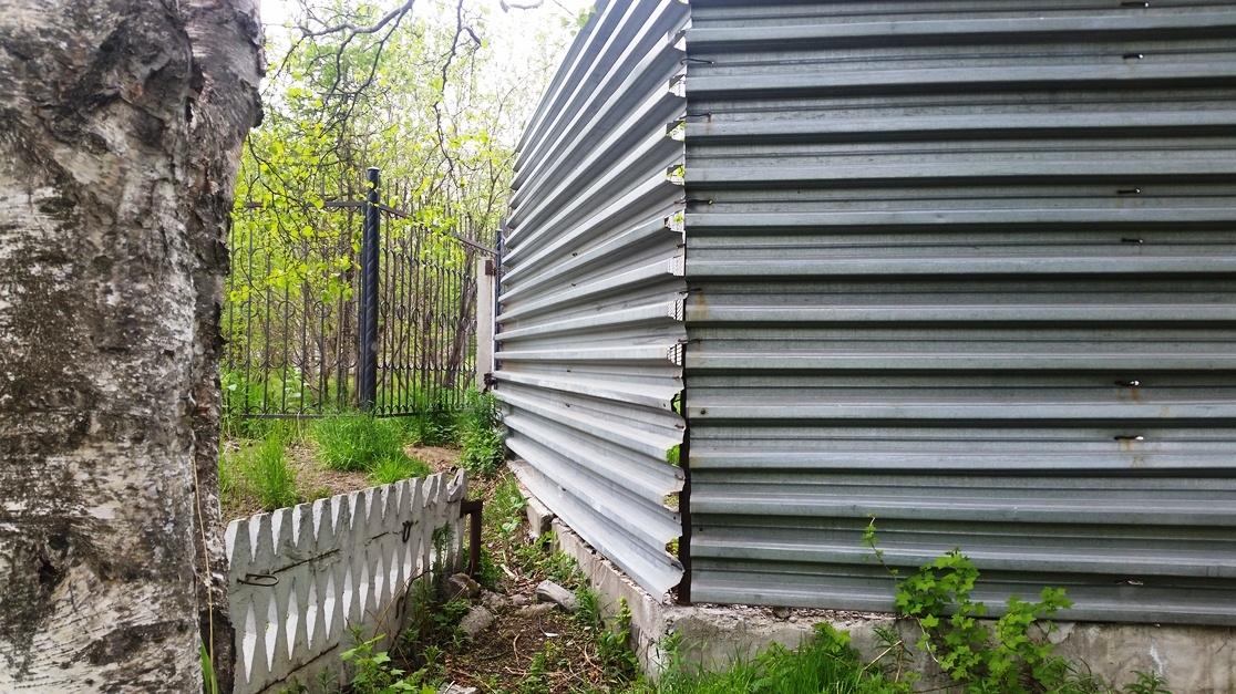 Кто-то прихватил железным забором часть территории сада.