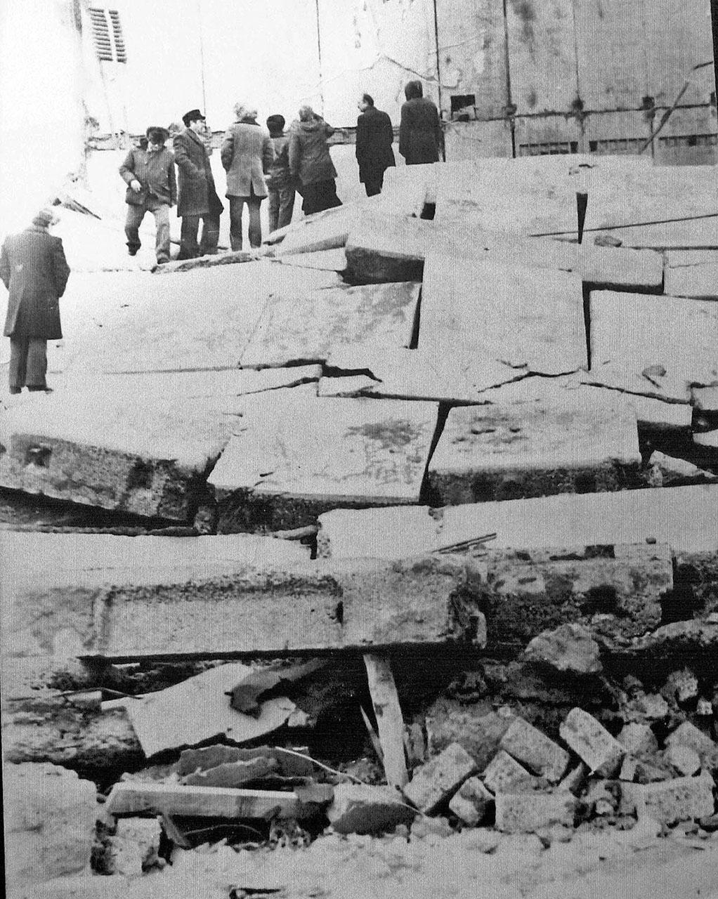 На руинах рухнувшего дома в пос. Усть-Омчуг, 70-е годы ХХ-го века.
