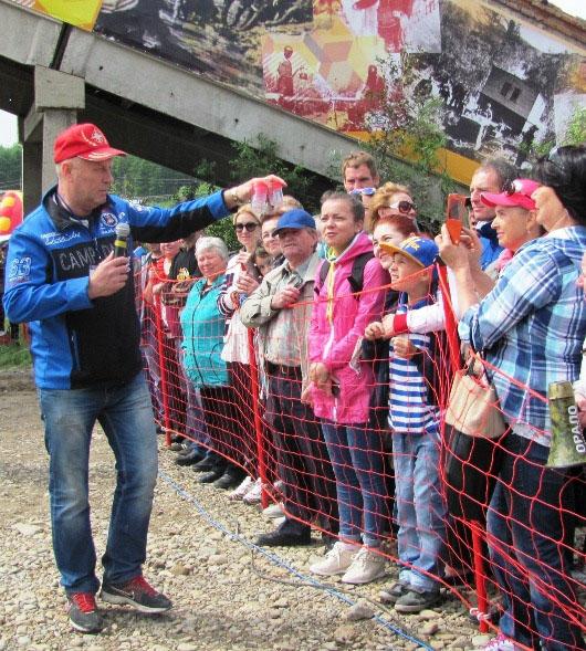 Александр Басанский демонстрирует зрителям контейнеры с золотом