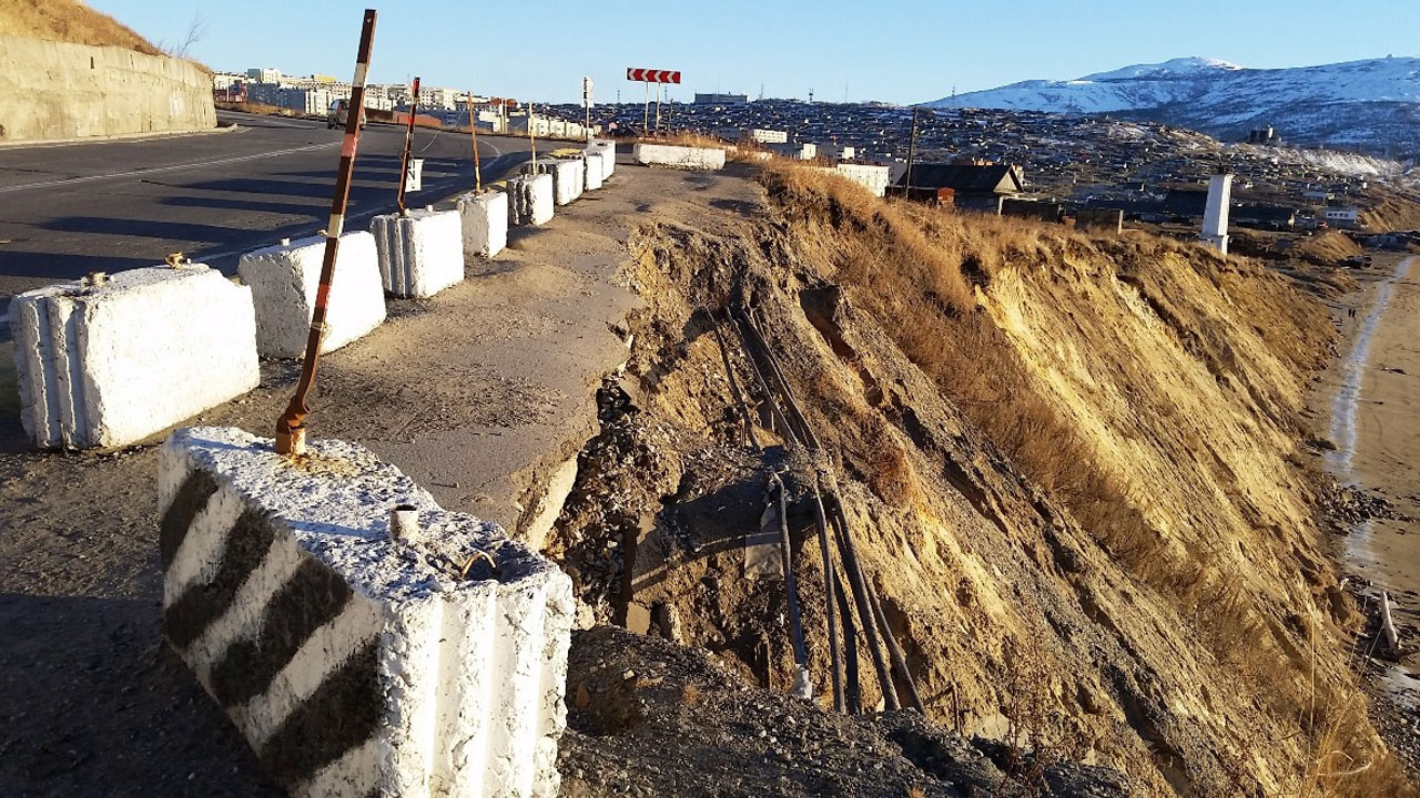 Разрушение обочины Портового шоссе.