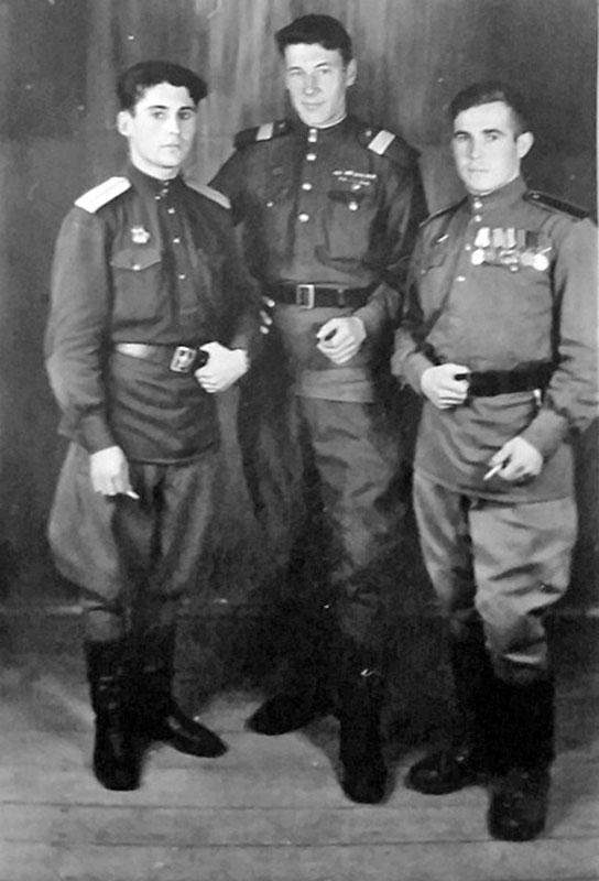 Александр Куричев (в центре) с боевыми товарищами.