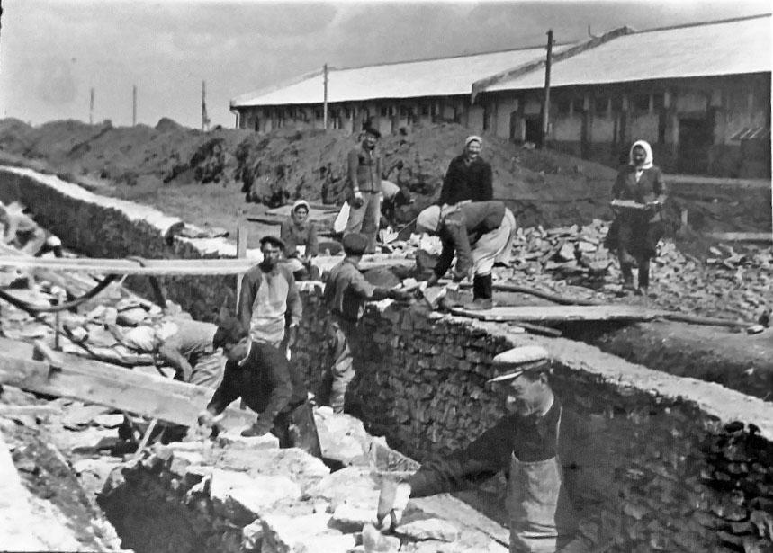 На строительстве элеватора. Ст. Егорлыкская, 1954 год.