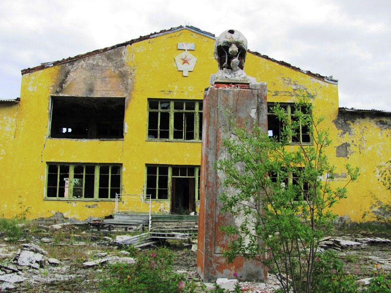 Бюст Ленина на фоне Дома культуры.
